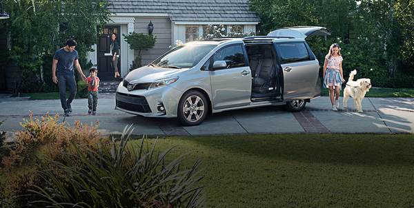 A-family-getting-into-Toyota-sienna-2020