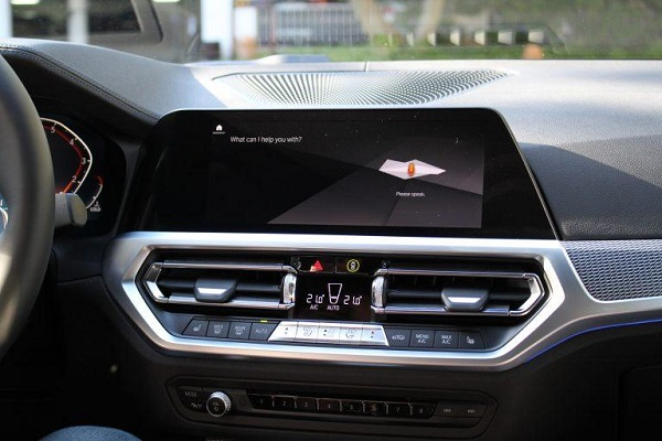 Huge-infotainment-screen-of-the-2020-BMW-3-Series