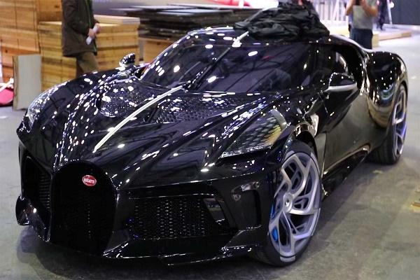 la-voiture-noire-on-display