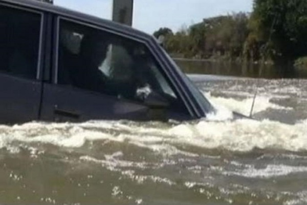 Car-sinking-into-water