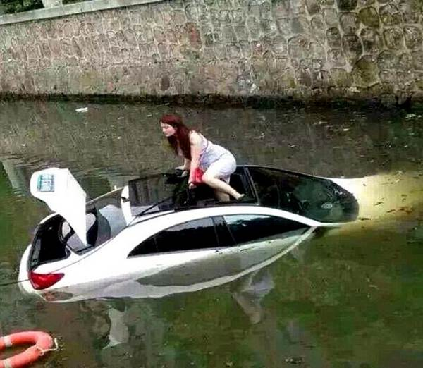 woman-escaping-a-sinking-car