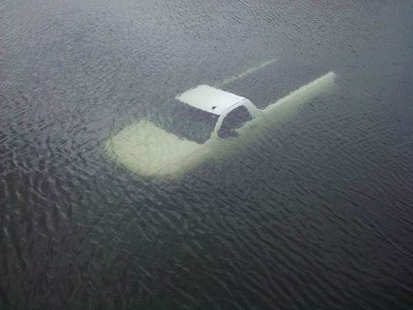 Car-submerged-in-water