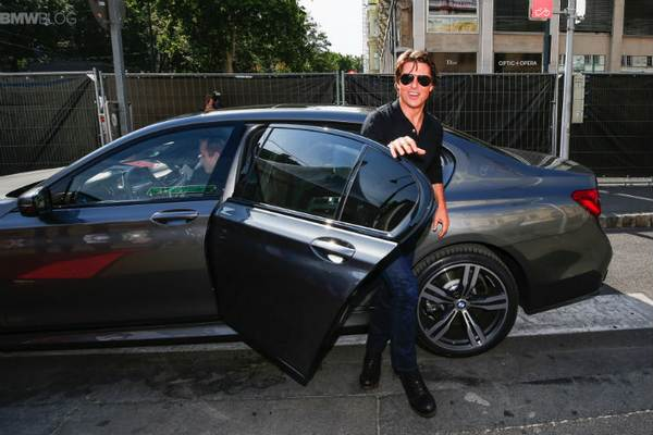 Tom-Cruise-getting-out-of-a-car