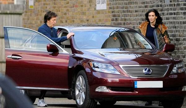Paul-McCartney-and-his-wife-getting-into-a-car