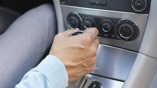 image-of-resting-hand-on-the-gearbox