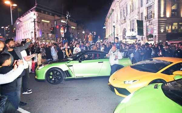 supercar-and-onlookers