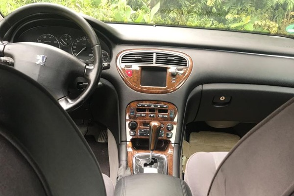The-dashboard-of-the-Peugeot-607