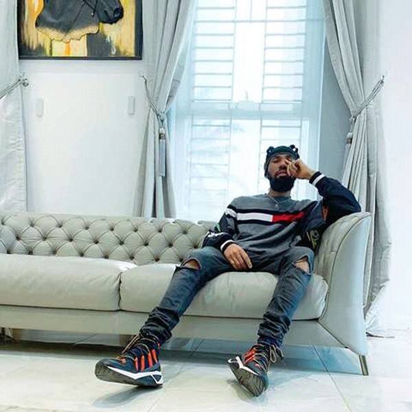 phyno-sitting-in-his-house