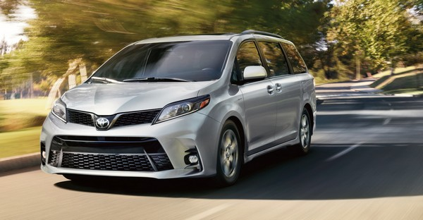 toyota-sienna-2020-on-road
